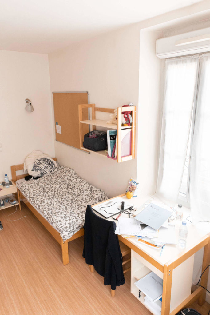 Une chambre au Foyer étudiant Les Enfants des Arts ( lit, bureau, étagère, tableau en liège ...)