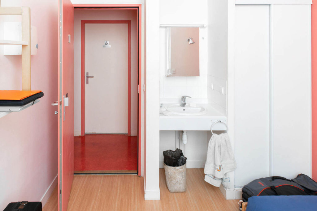 Une chambre au Foyer étudiant Les Enfants des Arts - Lit, lavabo, armoire, tableau en liège ...
