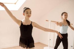 Jeunes femmes en train de danser - Salle d'étirement du Foyer étudiant Les Enfants des Arts, près de Paris