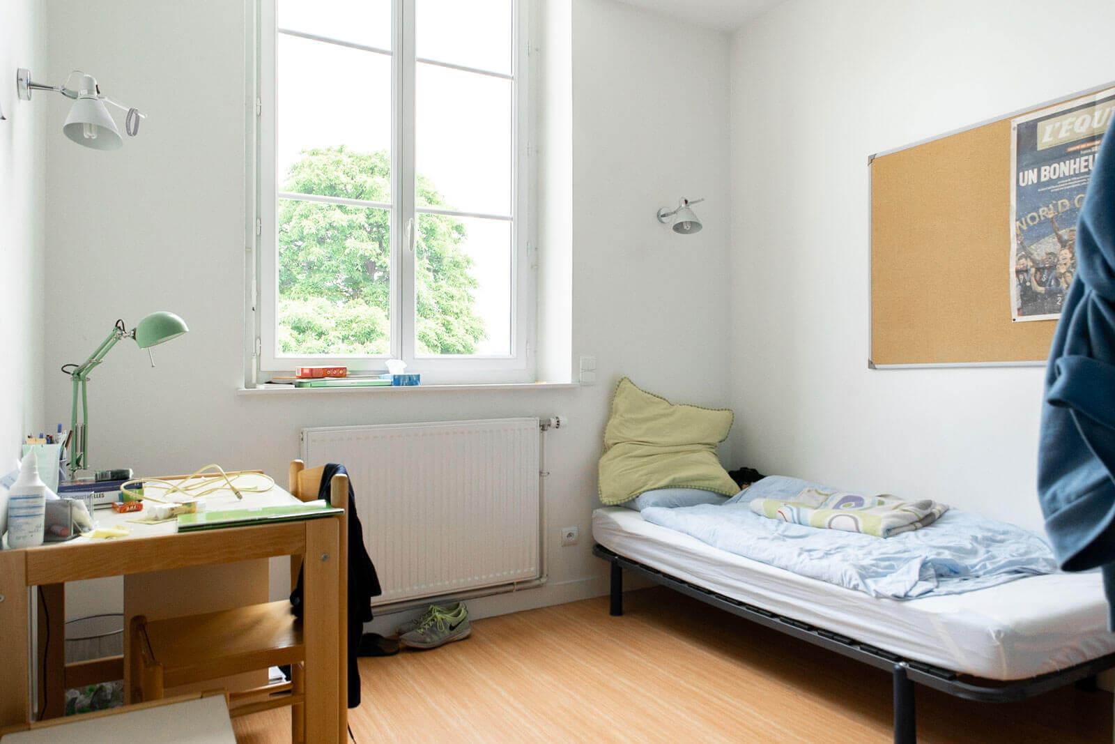 Exemple de chambre - Lit, chevet, tableau en liège.... - Foyer Les Enfants des Arts