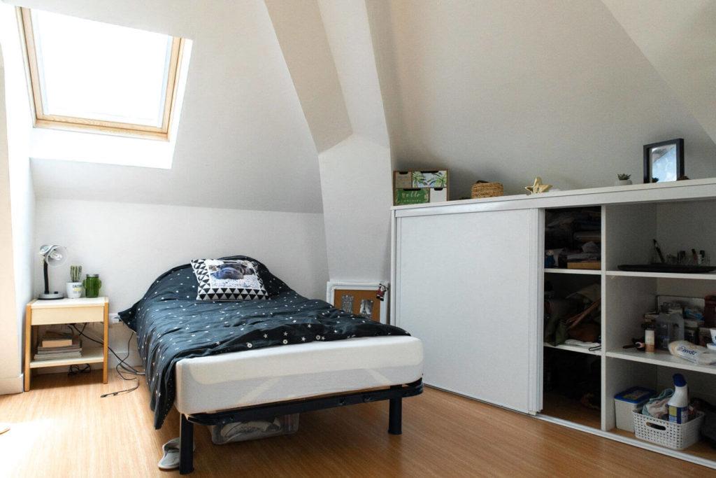 Exemple de chambre - Lit, chevet, rangement .... - Foyer Les Enfants des Arts