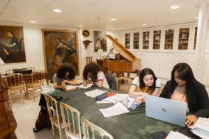 Etudiants dans une salle d'études - Foyer Les Enfants des Arts