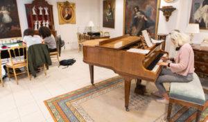 Jeune femme jouant du piano, dans une salle d'étude et d'arts - Foyer étudiant Les Enfants des Arts