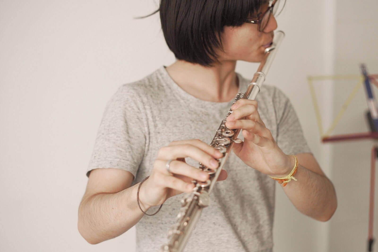 Jeune homme jouant de la flûte - Foyer étudiant Les Enfants des Arts, près de Paris