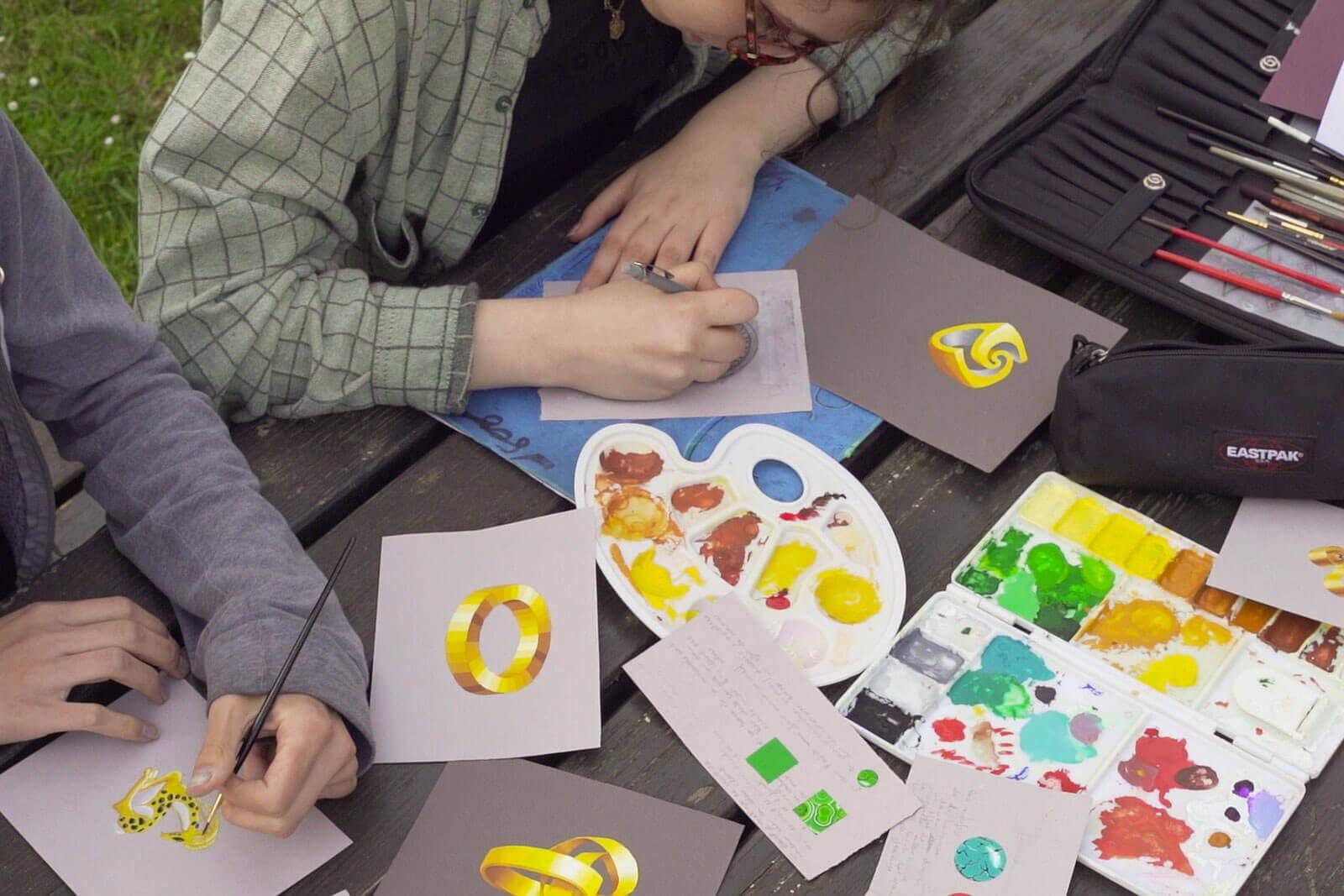 Jeunes faisant de la peinture - Foyer étudiant Les Enfants des Arts, près de Paris