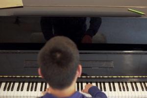 Jeune homme jouant du piano - Foyer étudiant Les Enfants des Arts, près de Paris