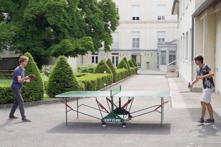 Jeunes hommes jouant au ping-ping - Foyer étudiant Les Enfants des Arts