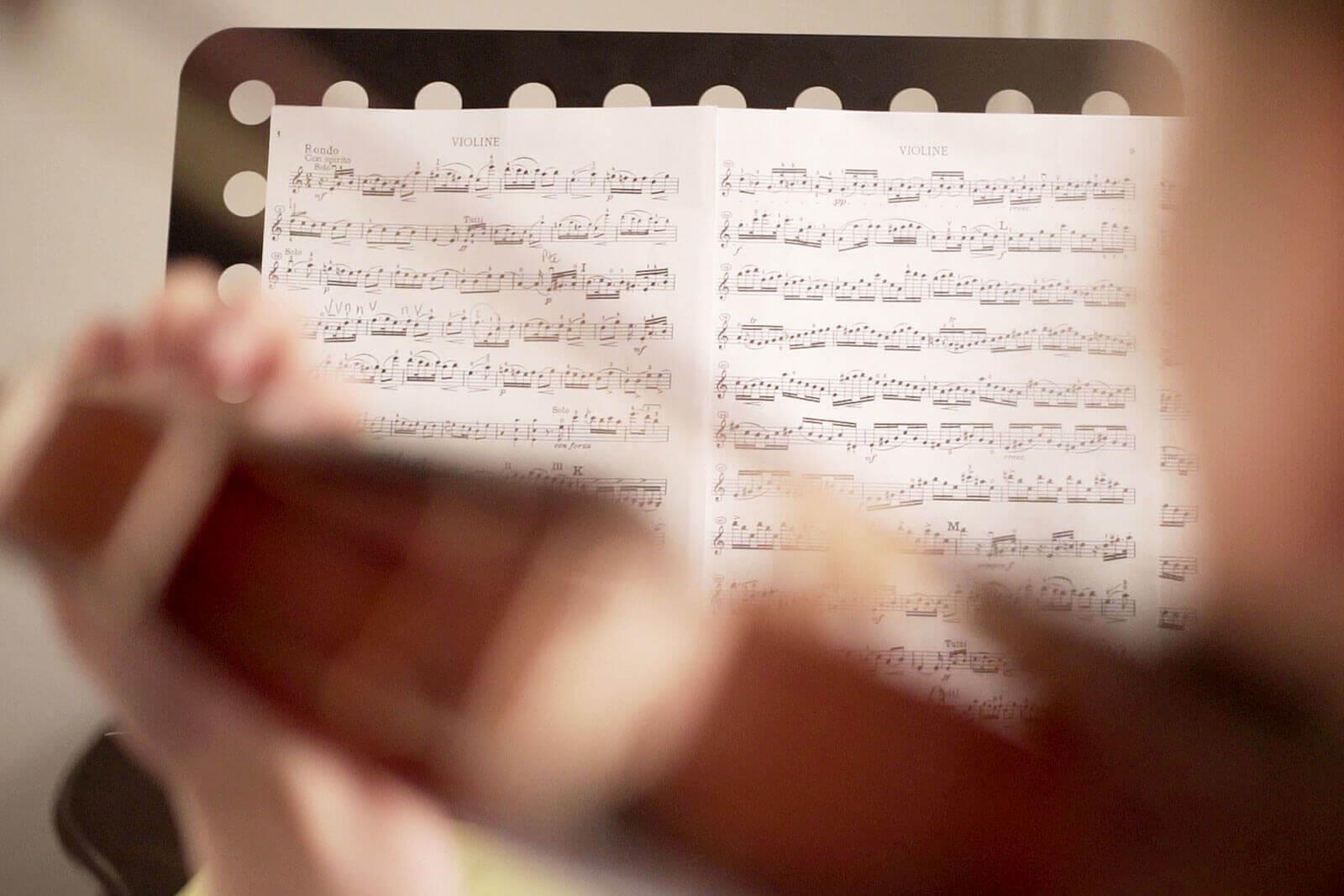 Violoniste suivant une partition, au Foyer étudiant Les Enfants des Arts
